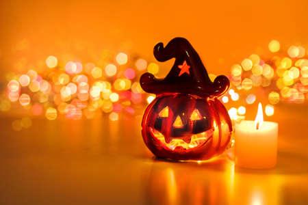 calabazas de halloween: Calabaza de Halloween con velas y bokeh Foto de archivo