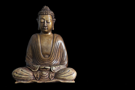 Houten Boeddha standbeeld op tafel opname in de studio