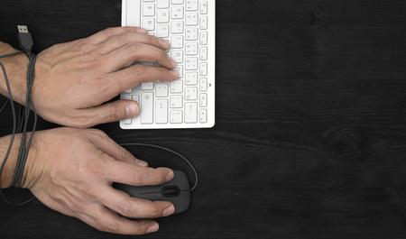 gefesselt: Hände des Mannes süchtig nach Computer, Internet-Slave und Süchtigen Konzept