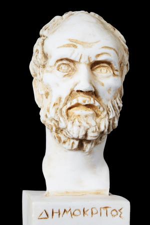 Wit marmeren borstbeeld van de Griekse filosoof Democritus, geïsoleerd op zwart Stockfoto