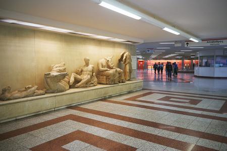 ATHENE, GRIEKENLAND, 25 FEBRUARI, 2016: Tentoonstellingen van oude artefacten die tijdens de bouw van de metrotunnels van Athene worden gevonden.