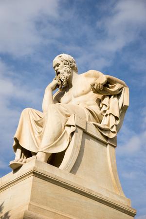 古代ギリシャの哲学者ソクラテスの大理石像。ギリシャ、アテネのアカデミー。