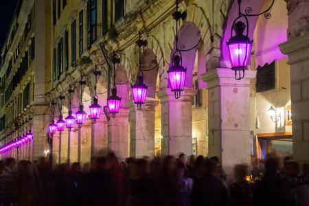 Semana santa con linternas púrpuras en Liston Square, Corfú, Grecia Foto de archivo