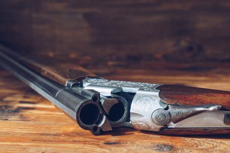 abrir fusil de caza aislado en el fondo de madera