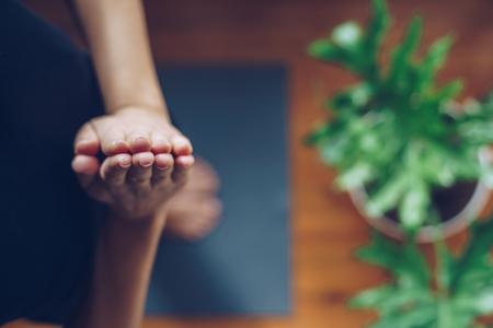 Junge Frau, die morgens Yoga an ihrem Haus, Draufsicht tut