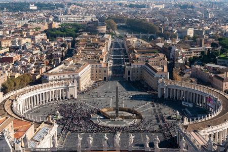 Famosa Plaza de San Pedro en el Vaticano, vista aérea de la ciudad. Roma, Italia