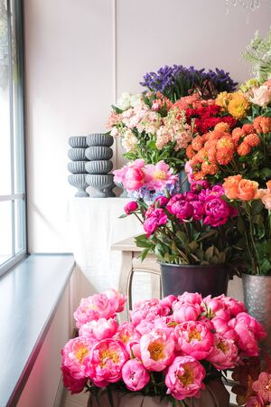 Beautiful flowers at the florist shop Фото со стока - 129025690