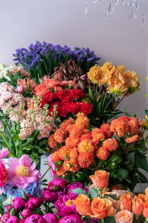 Beautiful flowers at the florist shop Фото со стока - 129025786