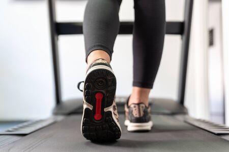 Dziewczynka fitness działa na bieżni. Zdjęcie Seryjne