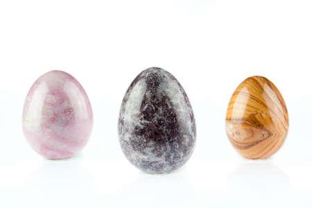 reflexologie plantaire: Agate forme d'oeuf pierres multicolores sur fond blanc