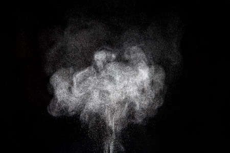 暗い背景に対して粉末クラウドの概要設計