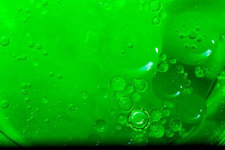 Burbujas verdes abstractas de agua flotante como un enjambre