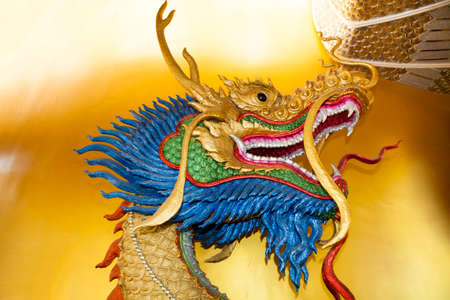 ドラゴン ヘッドのタイの寺院の壁の彫刻します。
