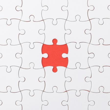 unvollendete Puzzle Textur auf rotem Grund. Anschlusskonzept. Idee Konzept.Assoziationskonzept