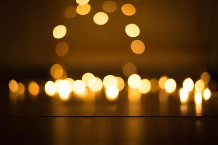 abstrakter goldener Bokeh-Lichteffekt mit dunklem Hintergrund