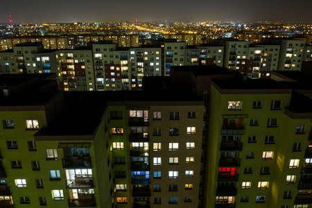 夜の街、ダボワゴルニツァ、シレジア、ポーランドの夜のライトでフラット