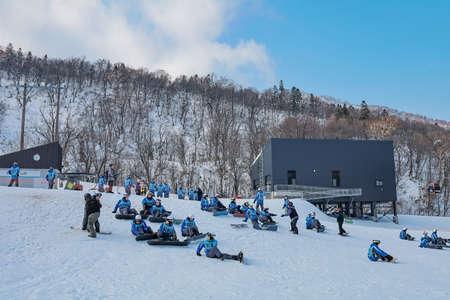 Area of Kiroro ski resort. Skiers and Snowboarders Ride the Gondola at Kiroro Ski Resort during winter with fully of snow ground in Hokkaido, Japan. 免版税图像 - 156609172