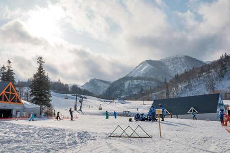 Area of Kiroro ski resort. Skiers and Snowboarders Ride the Gondola at Kiroro Ski Resort during winter with fully of snow ground in Hokkaido, Japan. 免版税图像 - 156609318
