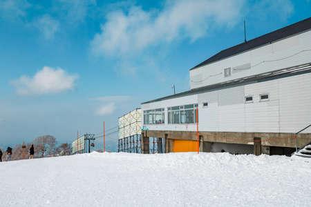 Area of Kiroro ski resort. Skiers and Snowboarders Ride the Gondola at Kiroro Ski Resort during winter with fully of snow ground in Hokkaido, Japan. 免版税图像 - 156609351