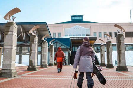 Hokkaido, Japan - December 2019 : Skiers and Snowboarders in Area of Kiroro ski resort, Hokkaido, Japan. Kiroro Ski Resort is a beautiful place to ski in Japan. 新闻类图片