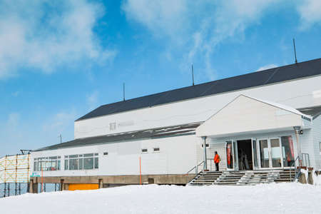 Area of Kiroro ski resort. Skiers and Snowboarders Ride the Gondola at Kiroro Ski Resort during winter with fully of snow ground in Hokkaido, Japan. 免版税图像 - 156609223