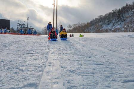 Hokkaido, Japan - December 2019 : Skiers and Snowboarders in Area of Kiroro ski resort, Hokkaido, Japan. Kiroro Ski Resort is a beautiful place to ski in Japan. 免版税图像 - 156500749