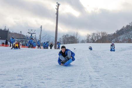 Hokkaido, Japan - December 2019 : Skiers and Snowboarders in Area of Kiroro ski resort, Hokkaido, Japan. Kiroro Ski Resort is a beautiful place to ski in Japan. 免版税图像 - 156500747