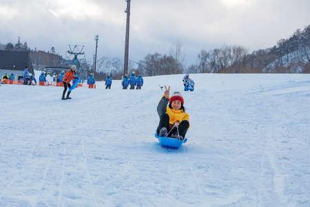 Hokkaido, Japan - December 2019 : Photo of a family and children are playing ski sliders together in the Mountain Club ski resort of The Kiroro hotel in Sapporo, Hokkaido Japan 免版税图像 - 156652178