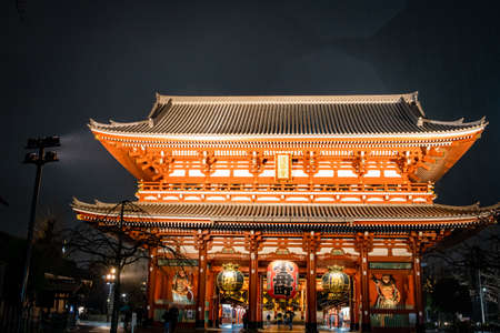 Asakusa, Tokyo, Japan - February 2020 : Red Lantern of Sensoji Temple's Kaminarimon gate at main entrance is famous detination for toursit visit.  Facade of Senso-Ji buddhist temple in Asakusa illumin 免版税图像 - 156764195
