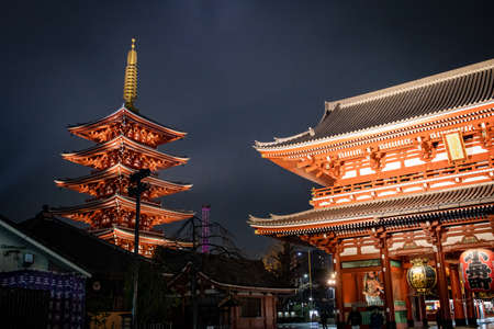 Asakusa, Tokyo, Japan - February 2020 : Red Lantern of Sensoji Temple's Kaminarimon gate at main entrance is famous detination for toursit visit.  Facade of Senso-Ji buddhist temple in Asakusa illumin 免版税图像 - 156764194