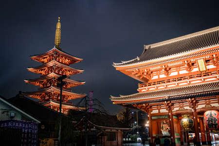 Asakusa, Tokyo, Japan - February 2020 : Red Lantern of Sensoji Temple's Kaminarimon gate at main entrance is famous detination for toursit visit.  Facade of Senso-Ji buddhist temple in Asakusa illumin 新闻类图片