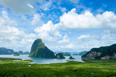 Samed Nang Chee on mountain landscape view point at Phangnga province. Beautiful scene of seascape of jame bond island at Antaman sea in thailand. 免版税图像