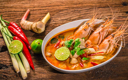 トムの Yum Goong タイ ホット スパイシー スープ海老のレモングラス、レモン、木製の背景タイ料理にガランガル 写真素材