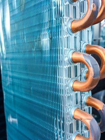 セントラル空調システム - 熱交換器 (熱マイクロ canel) セクションを冷却して液体に凝縮着信冷媒で使用されるコンデンサー ユニット。背景のテクス 写真素材