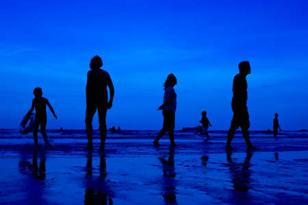 siluet people walking on the beach blue background 版權商用圖片