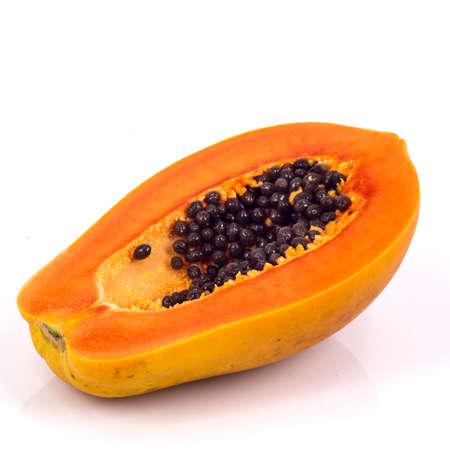 bevoelen: papaja op witte achtergrond
