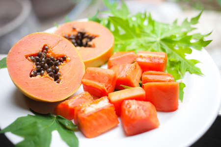 sweet papaya on the dish with green papaya leaf 版權商用圖片
