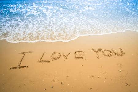 te amo: Te amo escrito en una playa tropical de arena