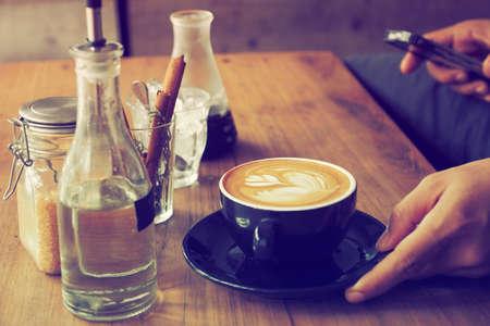 granos de cafe: taza de café en el color café de la vendimia