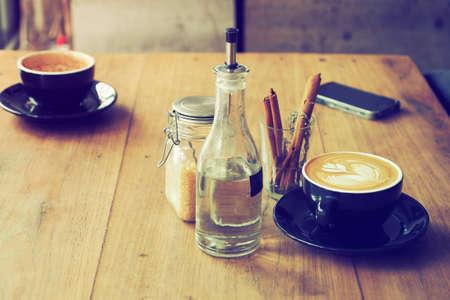 granos de cafe: taza de caf� en el color caf� de la vendimia