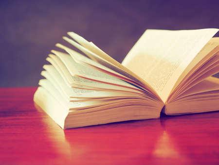 open book in vintage light tone color 版權商用圖片 - 32815248