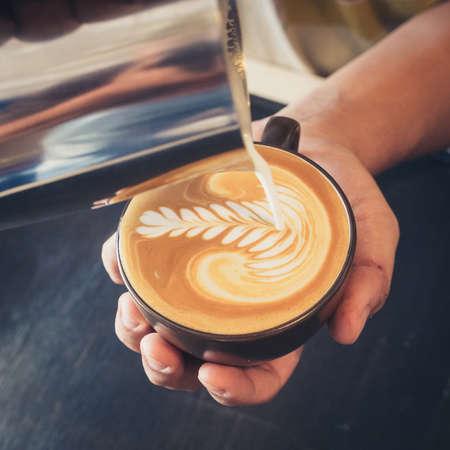 라떼 아트 커피를 만드는 방법 스톡 콘텐츠 - 34009956