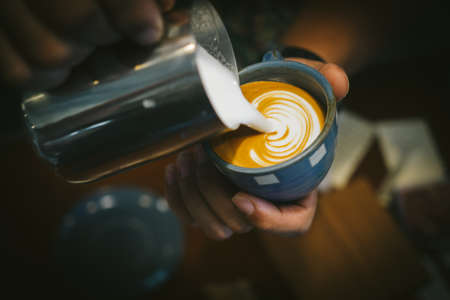 how to make coffee latte art Standard-Bild