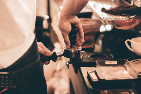 close up barista hand making a cup of coffee. 版權商用圖片