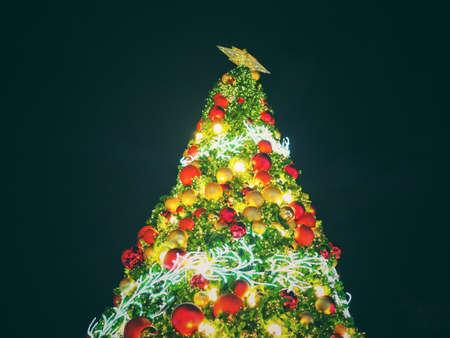 Albero Di Natale Grande.Grande Illuminazione Dell Albero Di Natale Alla Notte Nel Festival Di Natale Con Priorita Bassa Nera Puo Usare Per Lo Sfondo O Aggiungere Il Testo