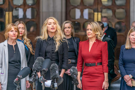 LONDON, ENGLAND - JULY 28, 2020: Amber Heard making a press statement outside the Royal Court of Justice in the Johnny Depp defamation libel Trial against The Sun Newspaper - 610 Éditoriale
