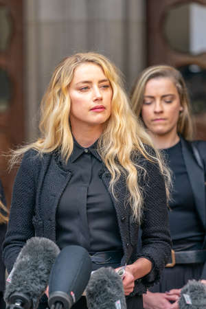 LONDON, ENGLAND - JULY 28, 2020: Amber Heard making a press statement outside the Royal Court of Justice in the Johnny Depp defamation libel Trial against The Sun Newspaper - 528 Éditoriale