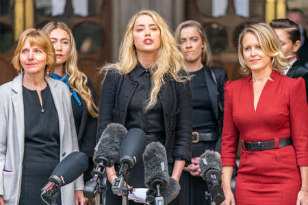 LONDON, ENGLAND - JULY 28, 2020: Amber Heard making a press statement outside the Royal Court of Justice in the Johnny Depp defamation libel Trial against The Sun Newspaper - 587 Éditoriale