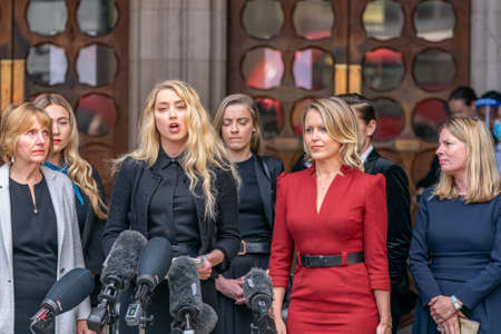 LONDON, ENGLAND - JULY 28, 2020: Amber Heard making a press statement outside the Royal Court of Justice in the Johnny Depp defamation libel Trial against The Sun Newspaper - 502 Éditoriale