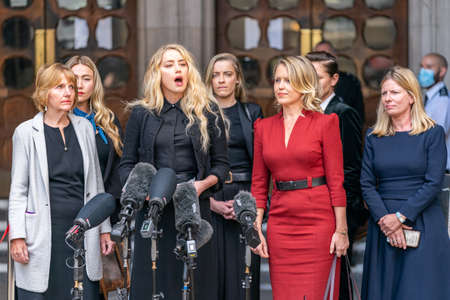 LONDON, ENGLAND - JULY 28, 2020: Amber Heard making a press statement outside the Royal Court of Justice in the Johnny Depp defamation libel Trial against The Sun Newspaper - 563 Éditoriale